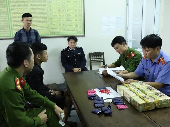 Hà Tĩnh liên tiếp bắt giữ 2 vụ vận chuyển ma túy thuê - Ảnh 1.