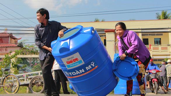 Bồn chứa nước đến với bà con vùng hạn mặn - Ảnh 1.
