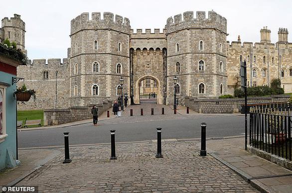 Nữ hoàng Anh tự cách ly phòng dịch ở lâu đài Windsor - Ảnh 2.