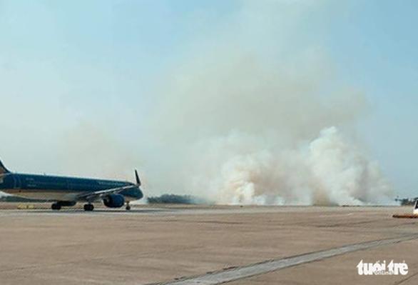Máy bay nổ lốp khi chạy đà gây cháy cỏ, khói bốc mịt mù ở Tân Sơn Nhất - Ảnh 2.