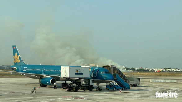 Máy bay nổ lốp khi chạy đà, khói bốc mịt mù ở Tân Sơn Nhất - Ảnh 1.