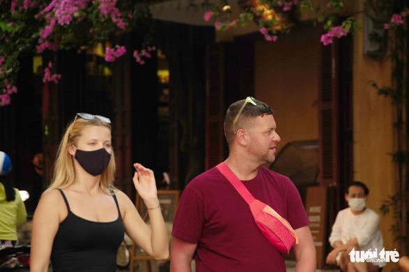 Du khách không đeo khẩu trang, không được vào phố cổ Hội An - Ảnh 3.