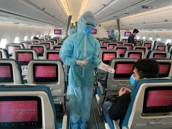 Bộ Y tế thông báo khẩn: 2 chuyến bay EK 394 và QR 976 có bệnh nhân COVID-19 - Ảnh 1.
