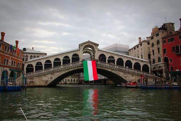 Nước kênh trong vắt, không khí sạch hơn ở Venice sau lệnh phong toả vì COVID-19 - Ảnh 3.