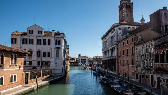 Nước kênh trong vắt, không khí sạch hơn ở Venice sau lệnh phong toả vì COVID-19 - Ảnh 6.