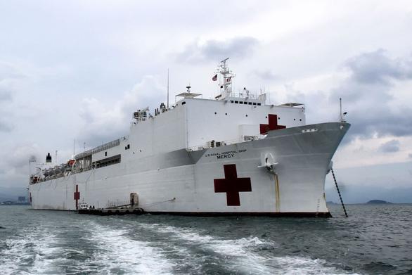 Hải quân Mỹ điều 2 tàu bệnh viện tới New York, Bờ Tây chống dịch COVID-19 - Ảnh 1.