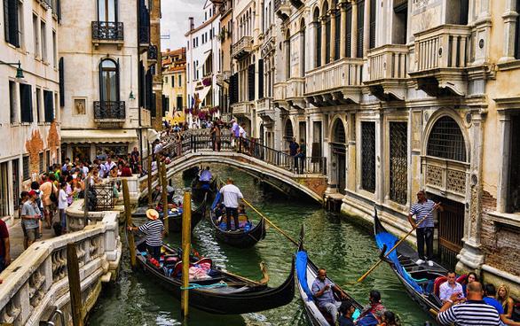 Nước kênh trong vắt, không khí sạch hơn ở Venice sau lệnh phong toả vì COVID-19 - Ảnh 4.
