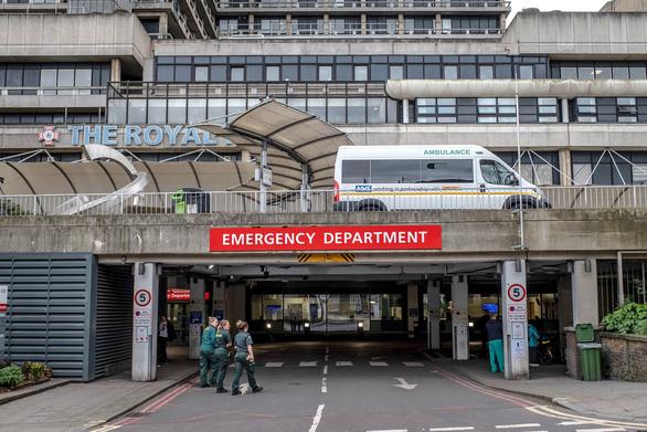 Bác sĩ Anh 'thấy sợ' nguy cơ quá tải, thiếu thiết bị đối phó dịch COVID-19 - Ảnh 1.