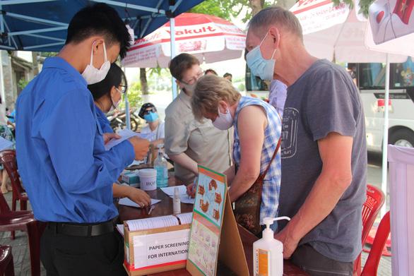 Áo xanh Đà Nẵng cùng chống dịch ở các chốt y tế ngoại ô - Ảnh 1.