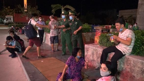 Tây Ninh cách ly tập trung gần 300 người nhập cảnh từ Campuchia - Ảnh 1.
