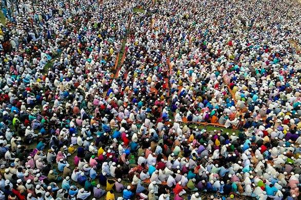 Hàng chục ngàn tín đồ Hồi giáo Bangladesh tụ tập cầu... qua kiếp nạn COVID-19 - Ảnh 1.