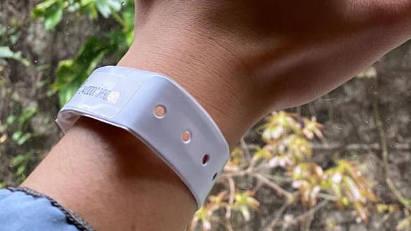 Hong Kong gắn vòng tay điện tử để kiểm soát người cách ly COVID-19 - Ảnh 1.