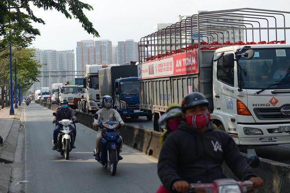 Rào chắn mở rộng đường Đồng Văn Cống thêm 2 làn - Ảnh 1.