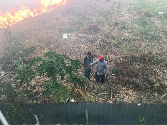 Đã vận động đốt 'núi cỏ' cạnh khu dân cư - Ảnh 1.