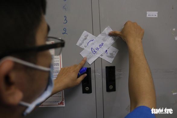 Niêm phong đồ đạc sinh viên vắng khi chuyển ký túc xá ĐHQG TP.HCM thành khu cách ly - Ảnh 9.