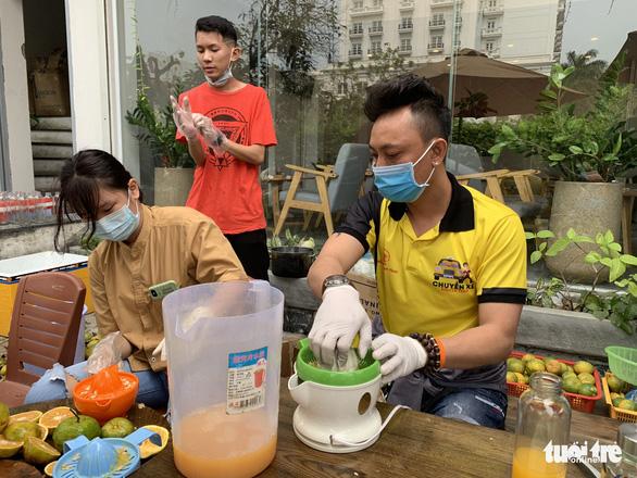 Bác sĩ ở tuyến đầu chống dịch rưng rưng với chai nước cam - Ảnh 2.