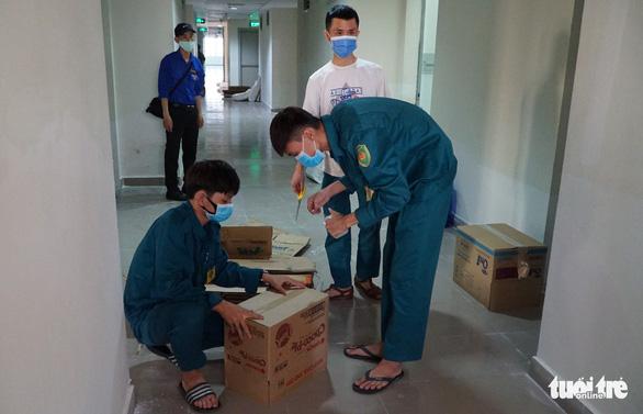 Niêm phong đồ đạc sinh viên vắng khi chuyển ký túc xá ĐHQG TP.HCM thành khu cách ly - Ảnh 1.