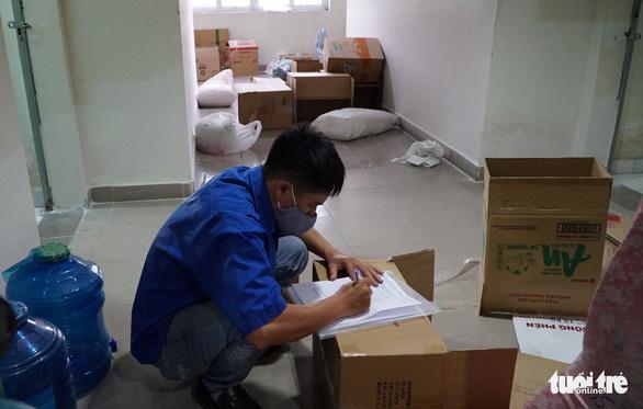 Niêm phong đồ đạc sinh viên vắng khi chuyển ký túc xá ĐHQG TP.HCM thành khu cách ly - Ảnh 4.