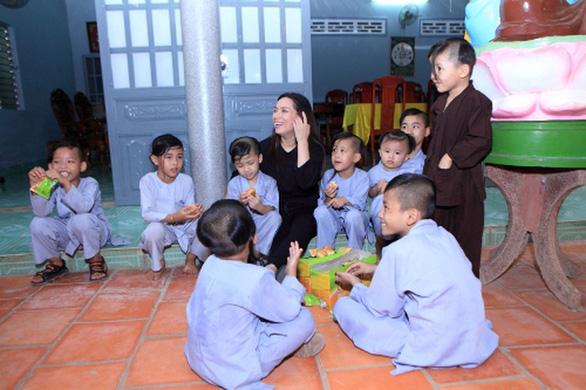 Ca sỹ Phi Nhung: Hạnh phúc khi được làm bà mẹ đông con nhất V-biz - Ảnh 2.