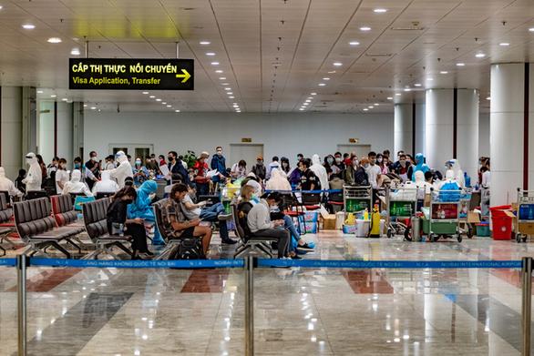 Khách từ vùng dịch không khai báo y tế ở sân bay mà tại khu cách ly - Ảnh 1.