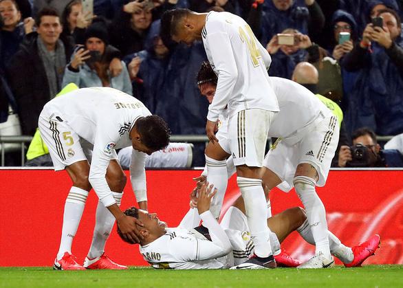 Thắng thuyết phục trận Siêu kinh điển, Real trở lại đỉnh bảng La Liga - Ảnh 5.