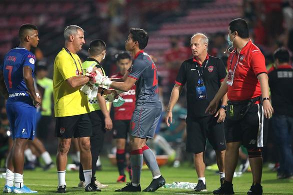 HLV Muangthong United: Văn Lâm và Somporn Yos phải cạnh tranh với nhau - Ảnh 1.