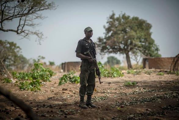 100 tay súng tấn công 6 ngôi làng ở Nigeria, ít nhất 50 người thiệt mạng - Ảnh 1.