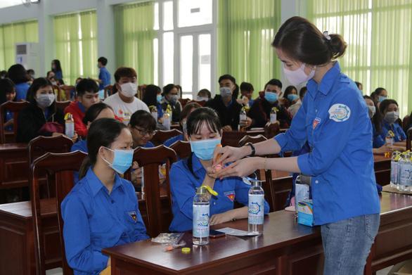 Hàng ngàn sinh viên xếp hàng đo thân nhiệt trong ngày đầu trở lại trường - Ảnh 4.