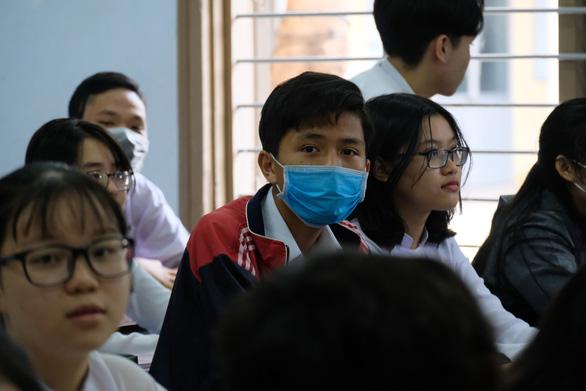 Sinh viên nhận khẩu trang, dung dịch sát khuẩn ngày đầu đi học lại - Ảnh 13.