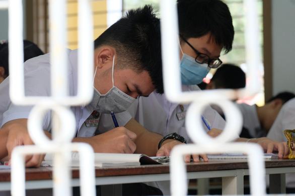Sinh viên nhận khẩu trang, dung dịch sát khuẩn ngày đầu đi học lại - Ảnh 18.