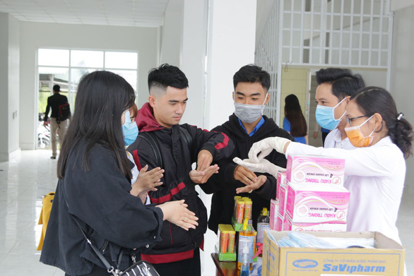 Hàng ngàn sinh viên xếp hàng đo thân nhiệt trong ngày đầu trở lại trường - Ảnh 7.