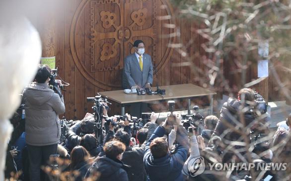 Giáo chủ Tân Thiên Địa quỳ gối cúi đầu xin lỗi người dân Hàn Quốc - Ảnh 4.