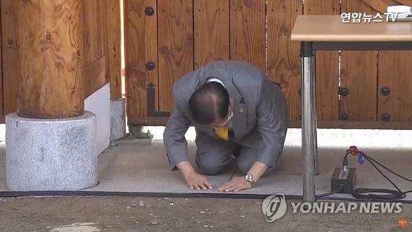 Giáo chủ Tân Thiên Địa quỳ gối cúi đầu xin lỗi người dân Hàn Quốc - Ảnh 2.