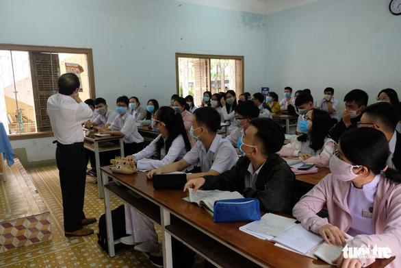 Sinh viên nhận khẩu trang, dung dịch sát khuẩn ngày đầu đi học lại - Ảnh 14.
