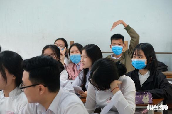 Sinh viên nhận khẩu trang, dung dịch sát khuẩn ngày đầu đi học lại - Ảnh 15.