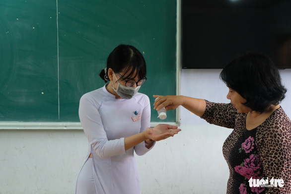 Sinh viên nhận khẩu trang, dung dịch sát khuẩn ngày đầu đi học lại - Ảnh 16.