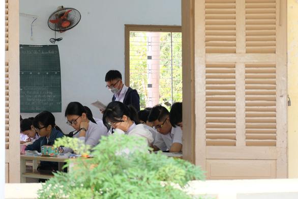 Sinh viên nhận khẩu trang, dung dịch sát khuẩn ngày đầu đi học lại - Ảnh 17.