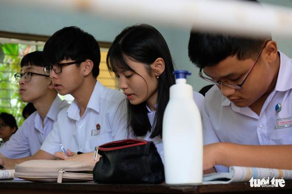 Sinh viên nhận khẩu trang, dung dịch sát khuẩn ngày đầu đi học lại - Ảnh 19.