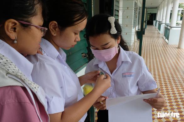 Sinh viên nhận khẩu trang, dung dịch sát khuẩn ngày đầu đi học lại - Ảnh 20.