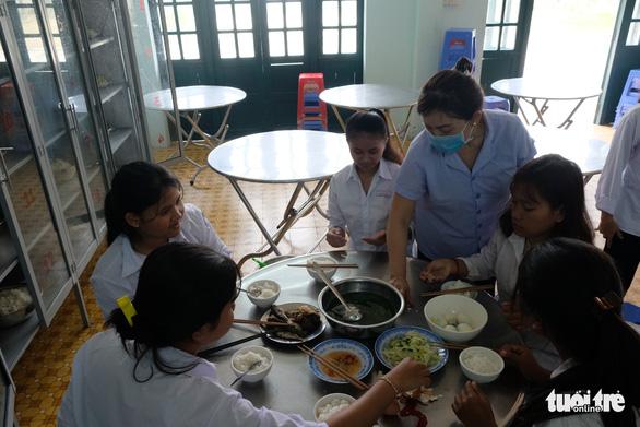 Sinh viên nhận khẩu trang, dung dịch sát khuẩn ngày đầu đi học lại - Ảnh 21.