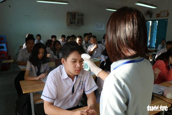 Sinh viên nhận khẩu trang, dung dịch sát khuẩn ngày đầu đi học lại - Ảnh 22.