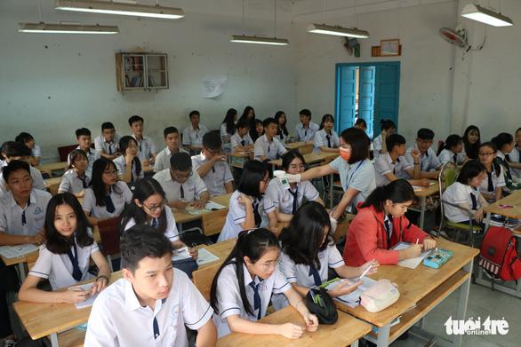 Sinh viên nhận khẩu trang, dung dịch sát khuẩn ngày đầu đi học lại - Ảnh 23.