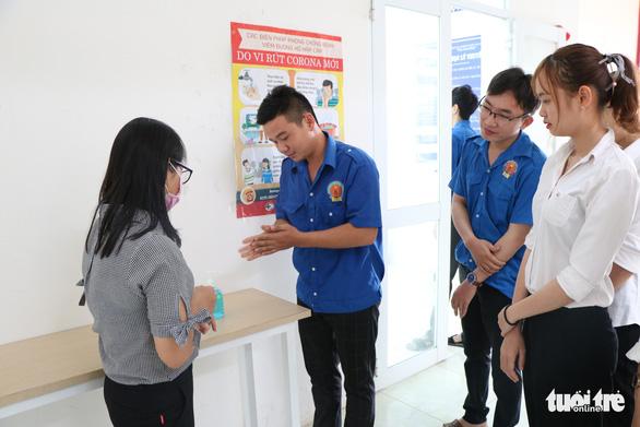 Sinh viên nhận khẩu trang, dung dịch sát khuẩn ngày đầu đi học lại - Ảnh 25.