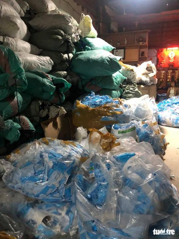 Phạt người mua 780kg khẩu trang y tế ở Bình Chánh - Ảnh 1.