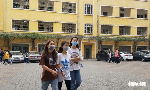 Sinh viên nhận khẩu trang, dung dịch sát khuẩn ngày đầu đi học lại - Ảnh 6.