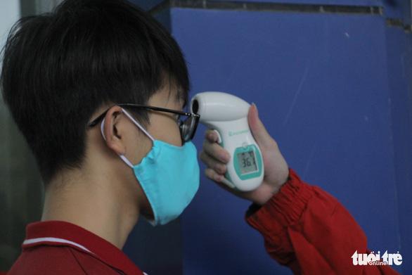 Sinh viên nhận khẩu trang, dung dịch sát khuẩn ngày đầu đi học lại - Ảnh 4.