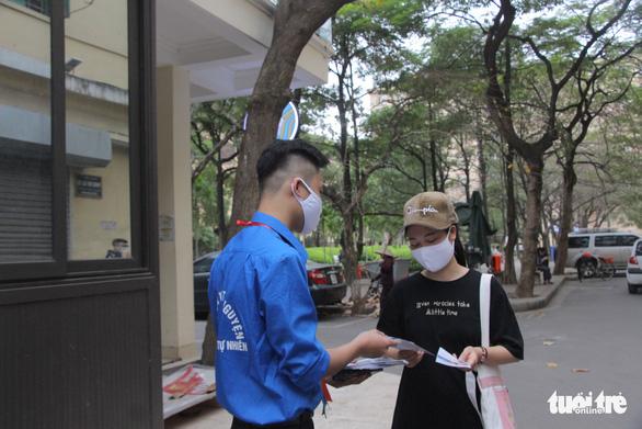 Sinh viên nhận khẩu trang, dung dịch sát khuẩn ngày đầu đi học lại - Ảnh 7.