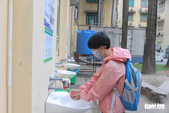 Sinh viên nhận khẩu trang, dung dịch sát khuẩn ngày đầu đi học lại - Ảnh 8.