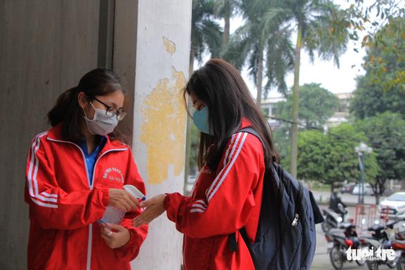 Sinh viên nhận khẩu trang, dung dịch sát khuẩn ngày đầu đi học lại - Ảnh 5.