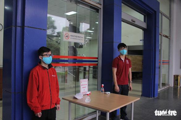 Sinh viên nhận khẩu trang, dung dịch sát khuẩn ngày đầu đi học lại - Ảnh 3.
